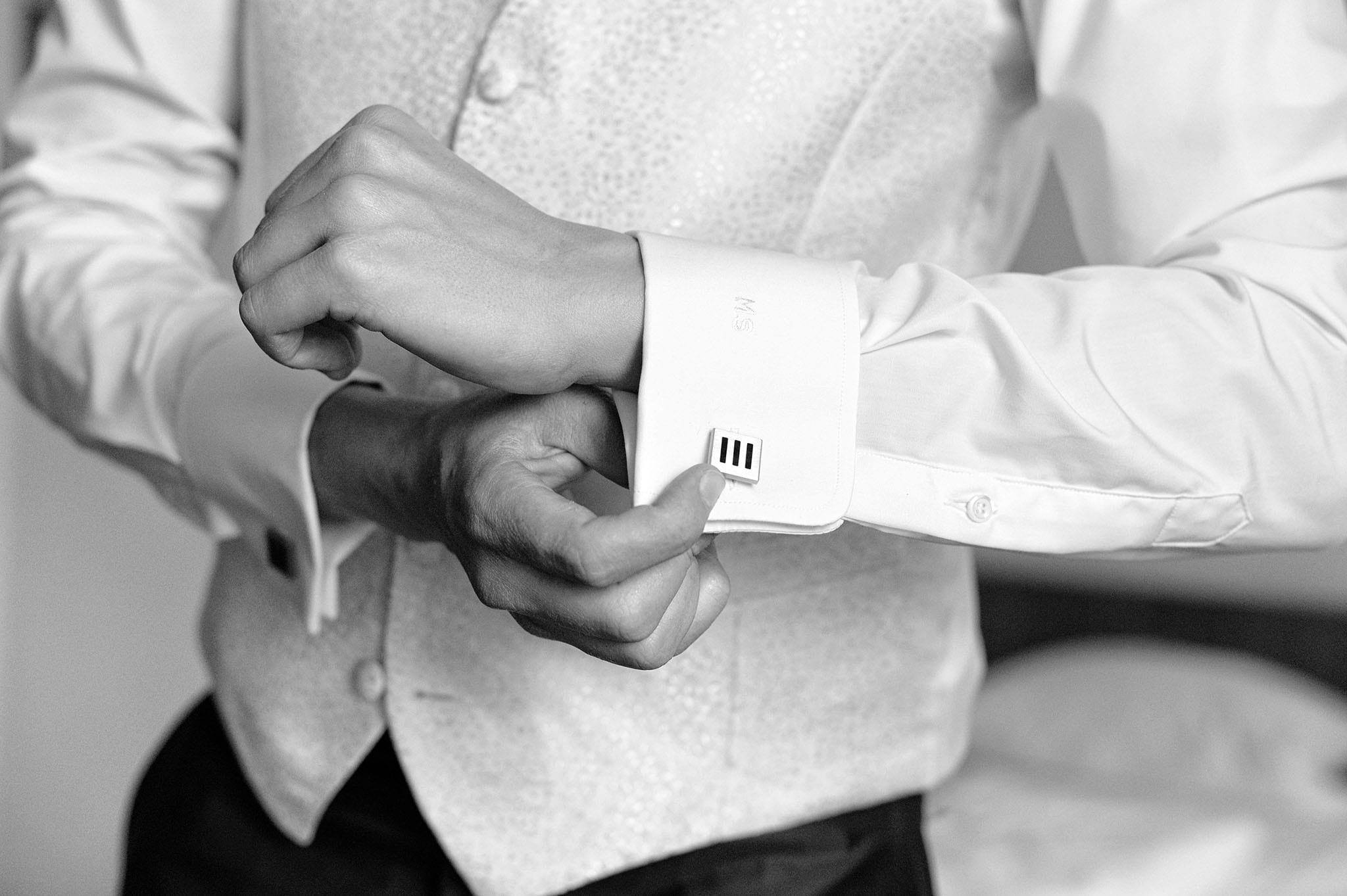 Hochzeit 024 Bräutigam Hochzeit heiraten Hochzeitsfoto Hemd Manschettenknopf Hochzeitsfotografie Daniel Fuss Fotografie