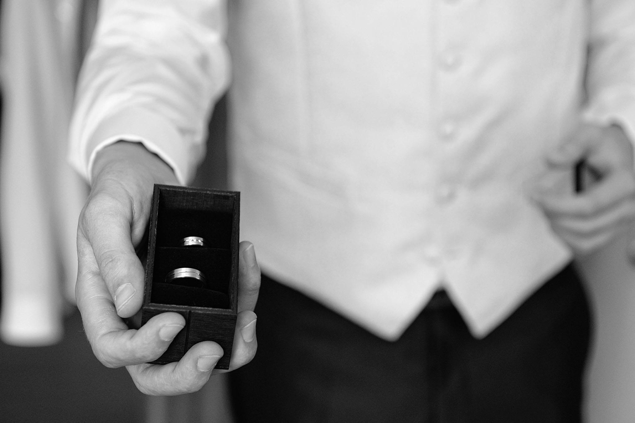 Hochzeit 026 Bräutigam Hochzeit heiraten Hochzeitsfoto Hemd Weste Ehering Hochzeitsfotografie Daniel Fuss Fotografie