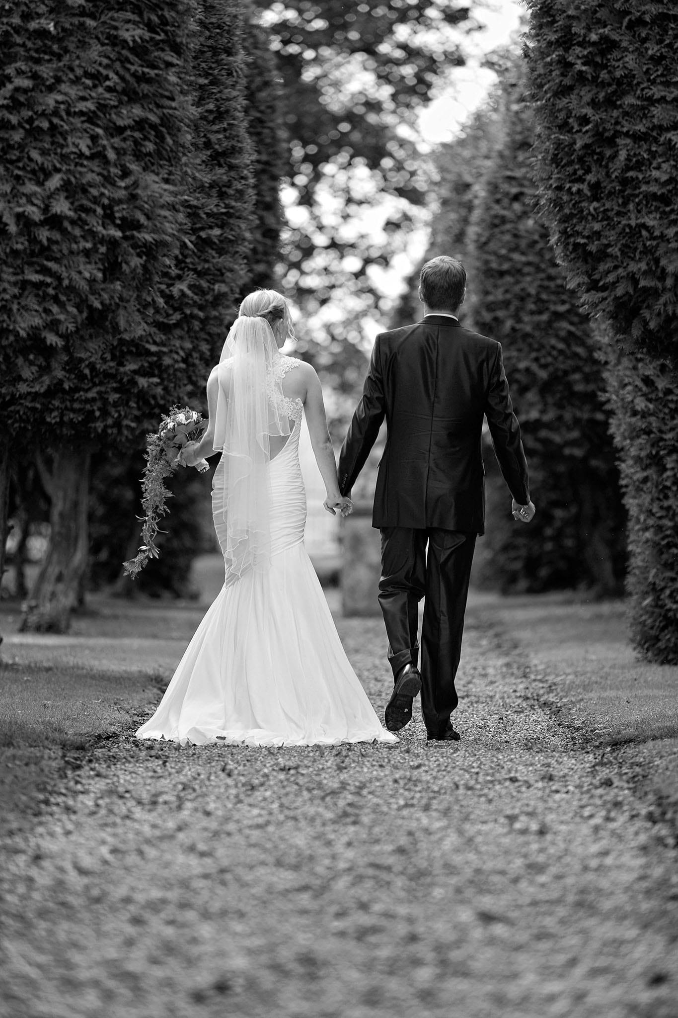 Hochzeit 028 Brautpaar Braut Bräutigam Hochzeit heiraten Park Brautstrauß Hochzeitsfoto Hochzeitsfotografie Daniel Fuss Fotografie