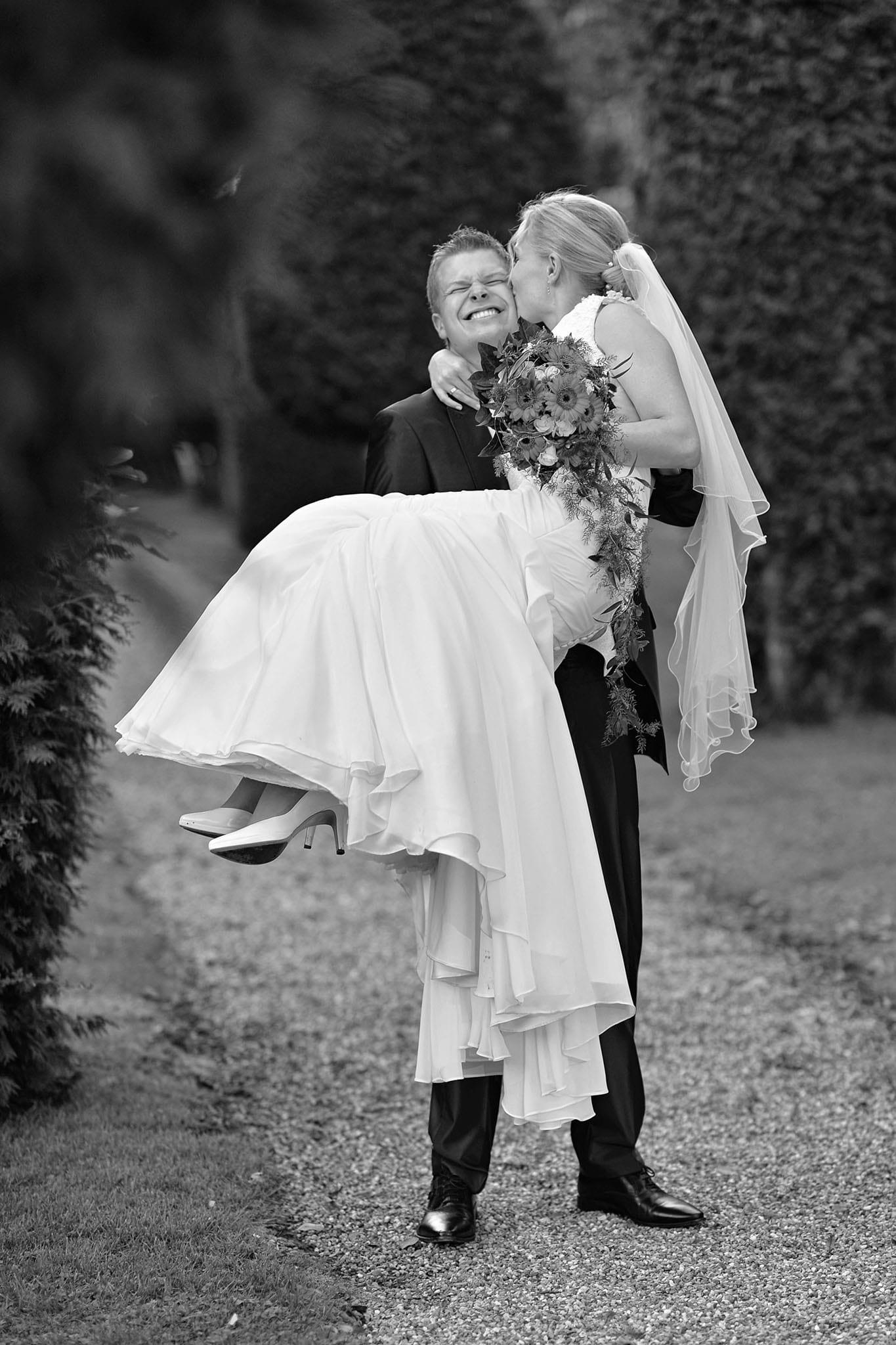 Hochzeit 029 Brautpaar Braut Bräutigam Hochzeit heiraten Park küssen Brautstrauß Hochzeitsfoto Hochzeitsfotografie Daniel Fuss Fotografie