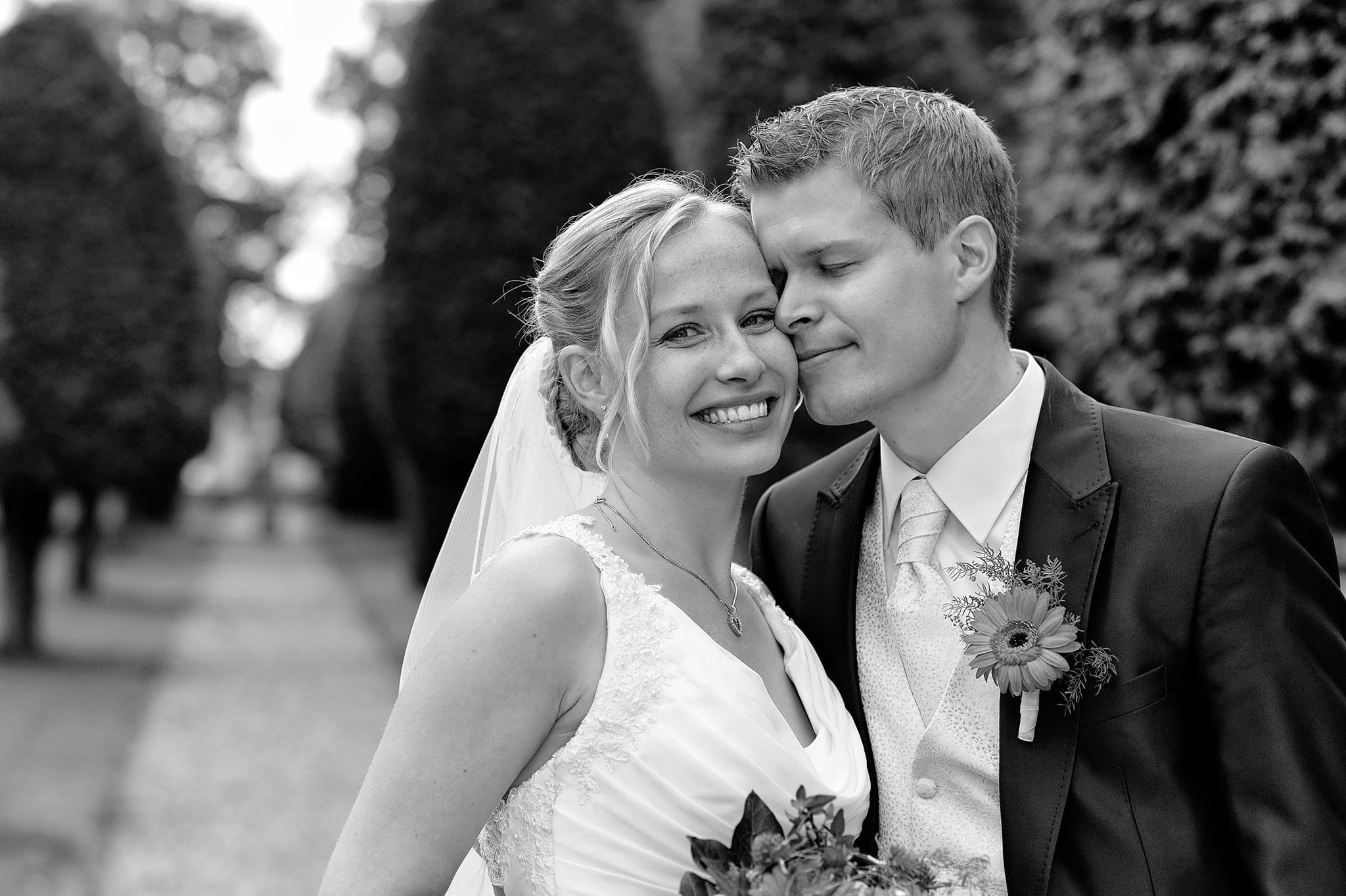 Hochzeit 030 Brautpaar Braut Bräutigam Hochzeit heiraten Park Brautstrauß Hochzeitsfoto Hochzeitsfotografie Daniel Fuss Fotografie
