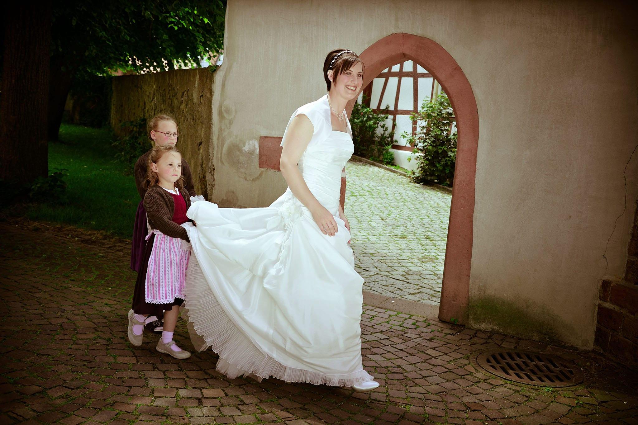 Hochzeit 032 Braut Hochzeit heiraten Brautjungfern Brautkleid Schleppe Hochzeitsfoto Hochzeitsfotografie Daniel Fuss Fotografie