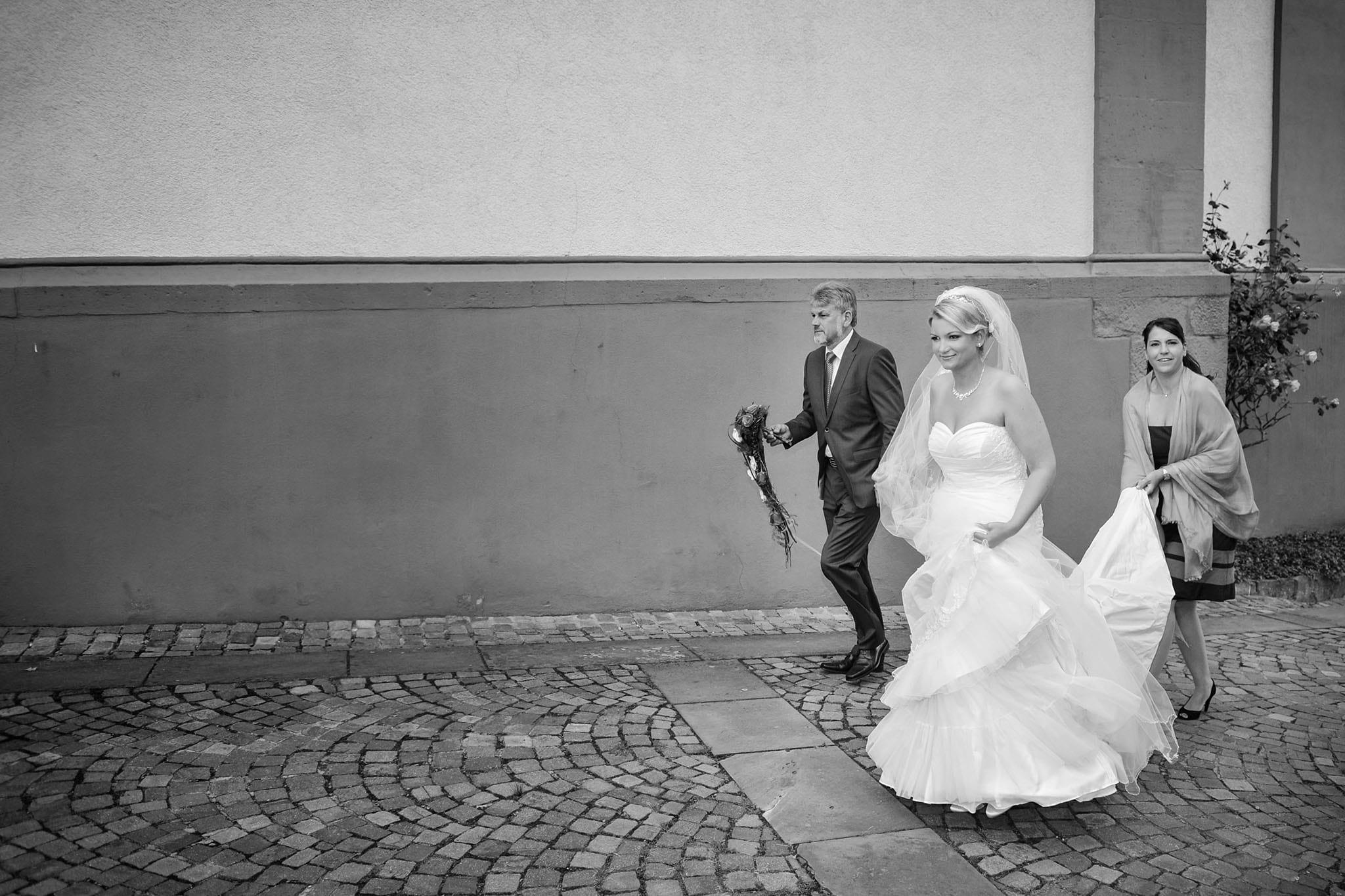 Hochzeit 038 Braut Hochzeit heiraten Kirche Brautvater Trauzeugin Hochzeitsfotografie Daniel Fuss Fotografie