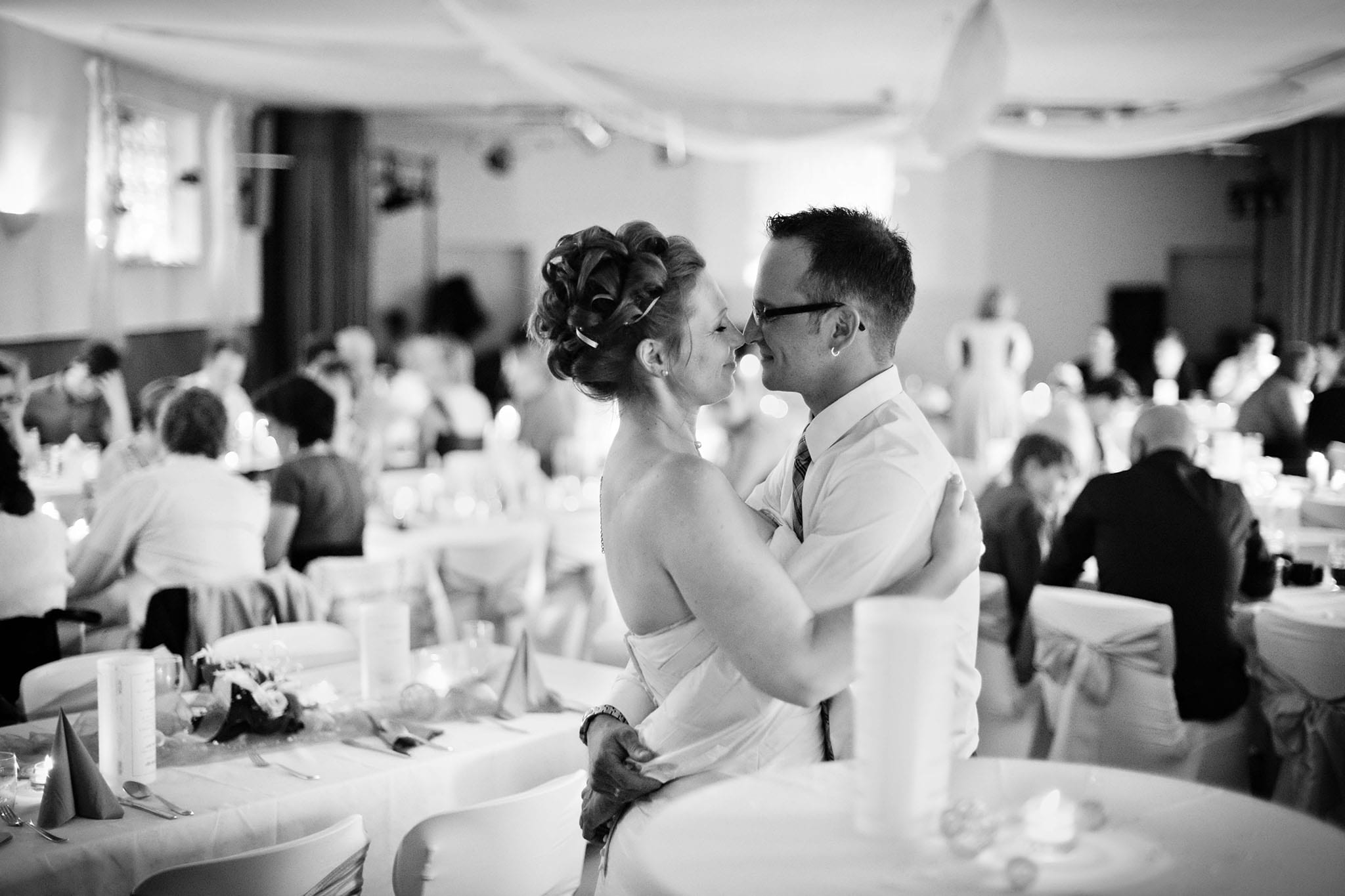 Hochzeit 061 Hochzeit Hochzeitsfeier Hochzeitsfoto Brautpaar küssen Hochzeitsfotografie Daniel Fuss Fotografie